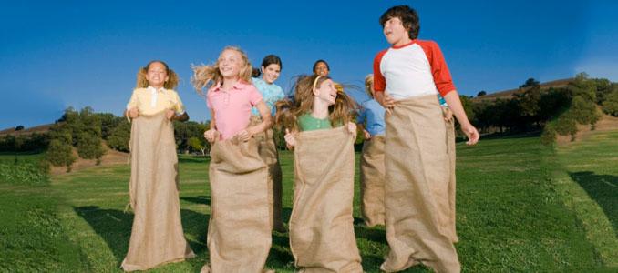 Sackhüpfen ist nur eine von 6 tollen Spielideen für den Kindergeburtstag ©Creatas