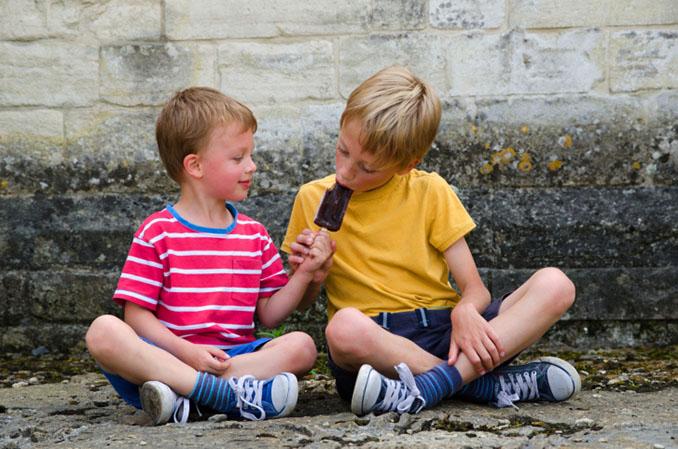 Teilen will gelernt sein. Brüderlich wird hier geteilt © ajfletch (iStock/thinkstockphotos)