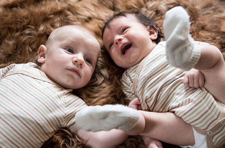 Babykleidung aus Bio-Baumwolle ist temperaturausgleichend und antiallergen