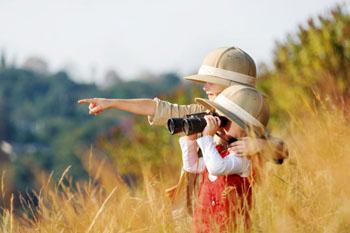 Die Kleinen sind die wahren Entdecker. Neue Perspektiven sorgen für schöne Erfahrungen mit Tieren in der Natur ©iStockphoto