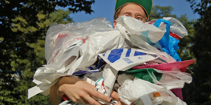 Tütentauschtage in Berlin: Plastiktüten gegen Mehrwegtaschen für die Umwelt tauschen