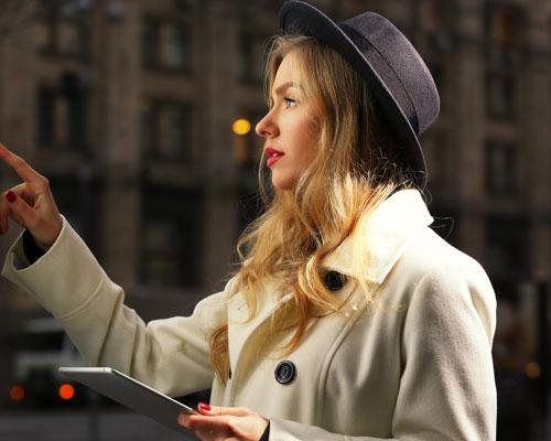 Frau bedient interaktive Karte